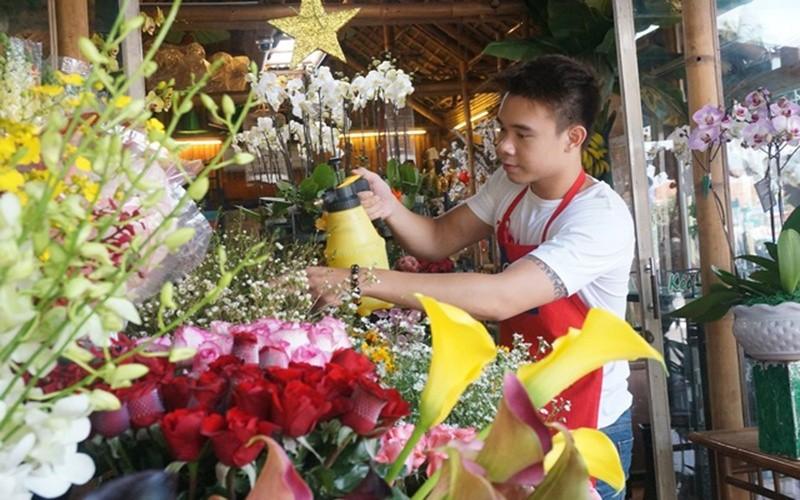 nhân viên đang chọn lựa hoa khi khách đặt hoa tươi tại hà nội