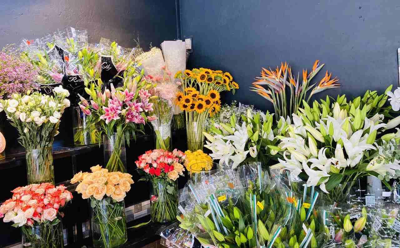 Hoa được trưng bày đảm bảo độ tươi mới tại shop