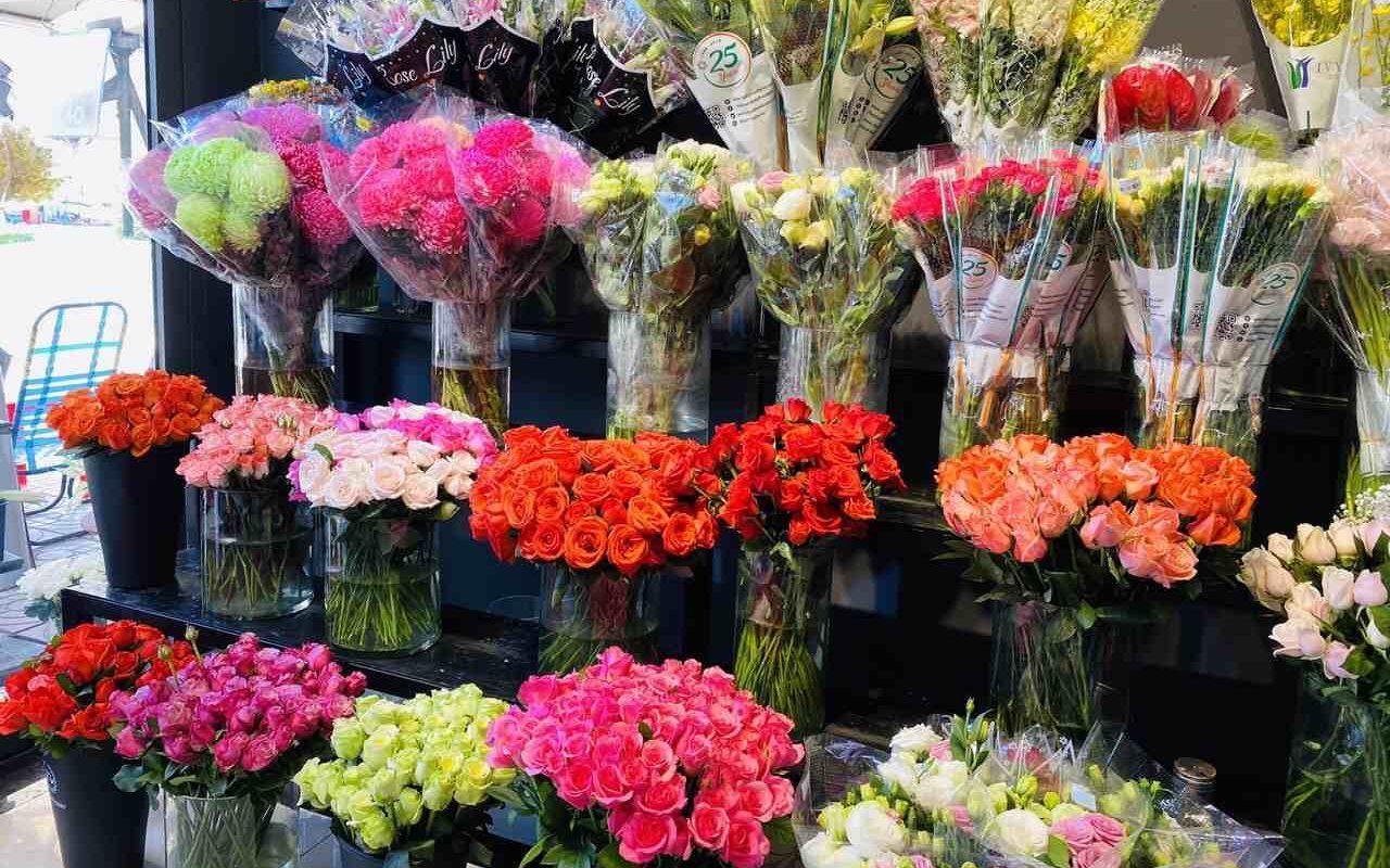 Hoa trưng bày tại shop hoa tươi quận 11