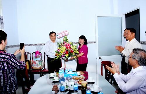 PGS.TS. Trần Thị Thanh Hiền, Bí thư Đảng ủy, Phó Hiệu trưởng Trường ĐHCT tặng lẵng hoa chúc mừng Ban bảo vệ sức khỏe - Thành ủy Cần Thơ (nguồn www.ctu.edu.vn)