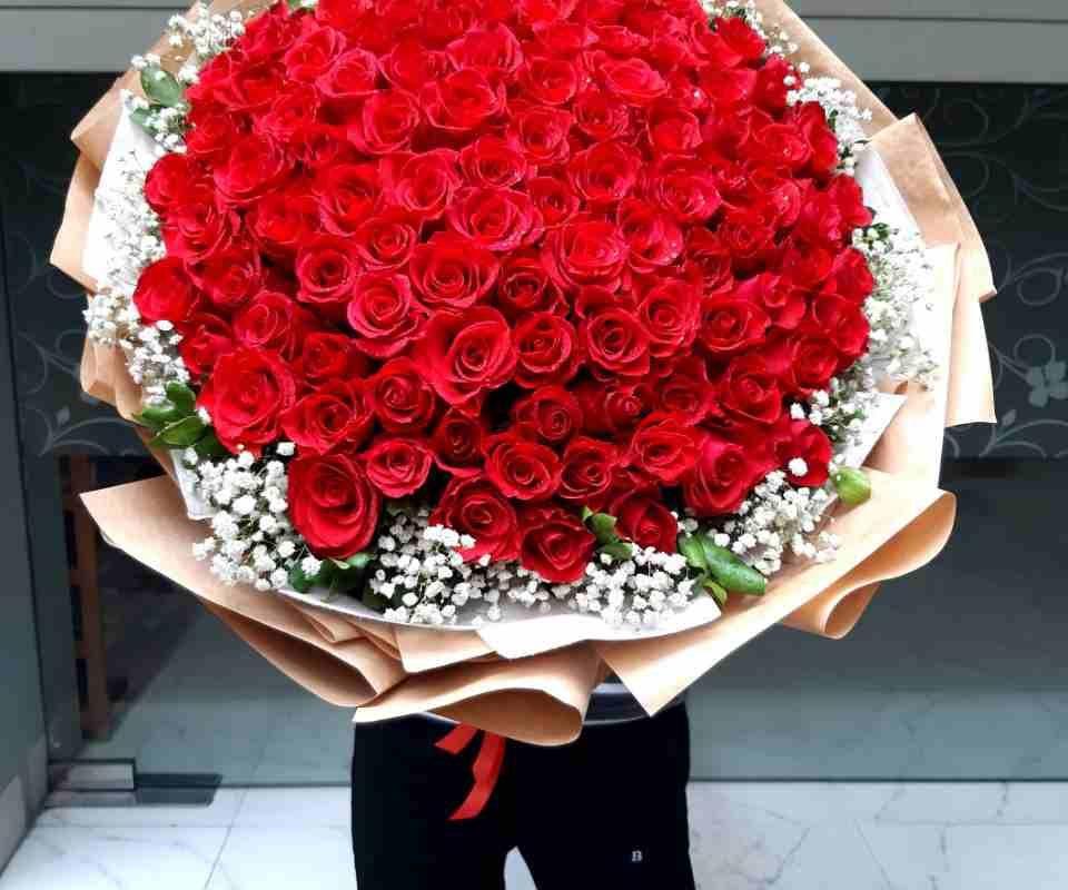 bó hoa hồng 99 bông cho khách tại quận 9