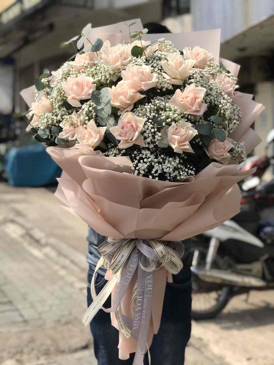 Bó hoa hồng sang trọng Chuẩn bị giao tới cho khách tại Tân Biên