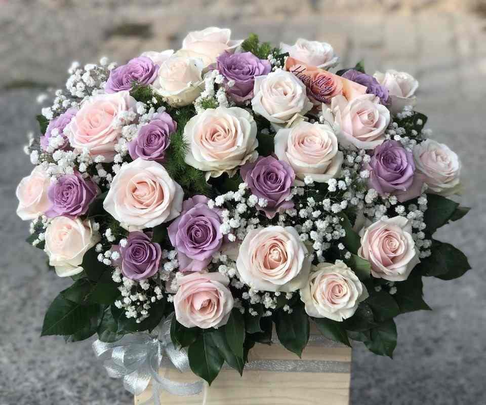 giỏ hoa hồng kem & tím