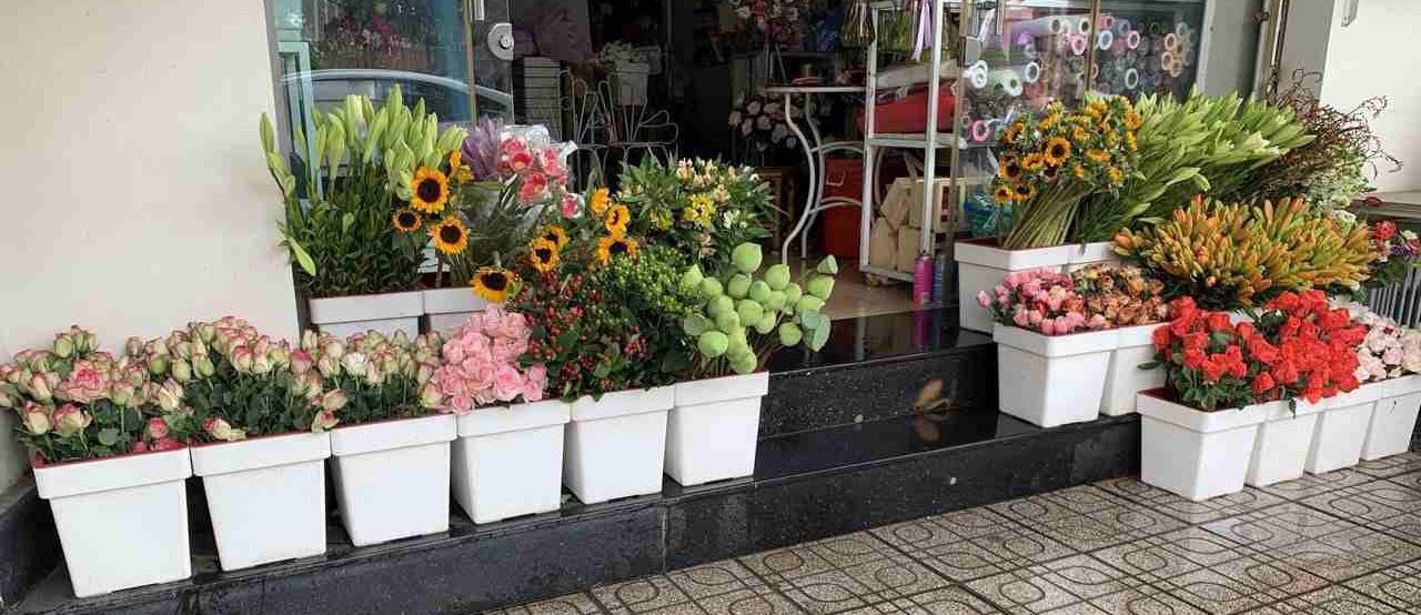 hoa được trưng bày tại shop hoa tươi quận 8