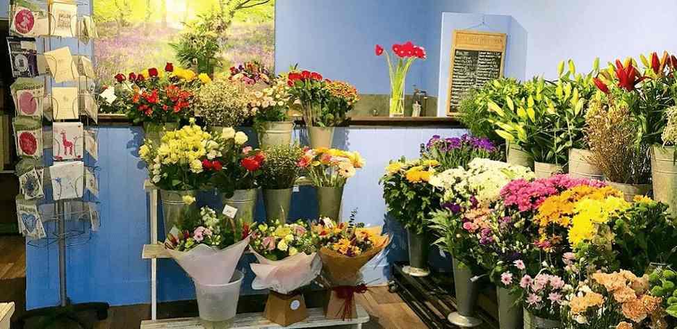 hoa trưng bài tại shop hoa tươi quận 2