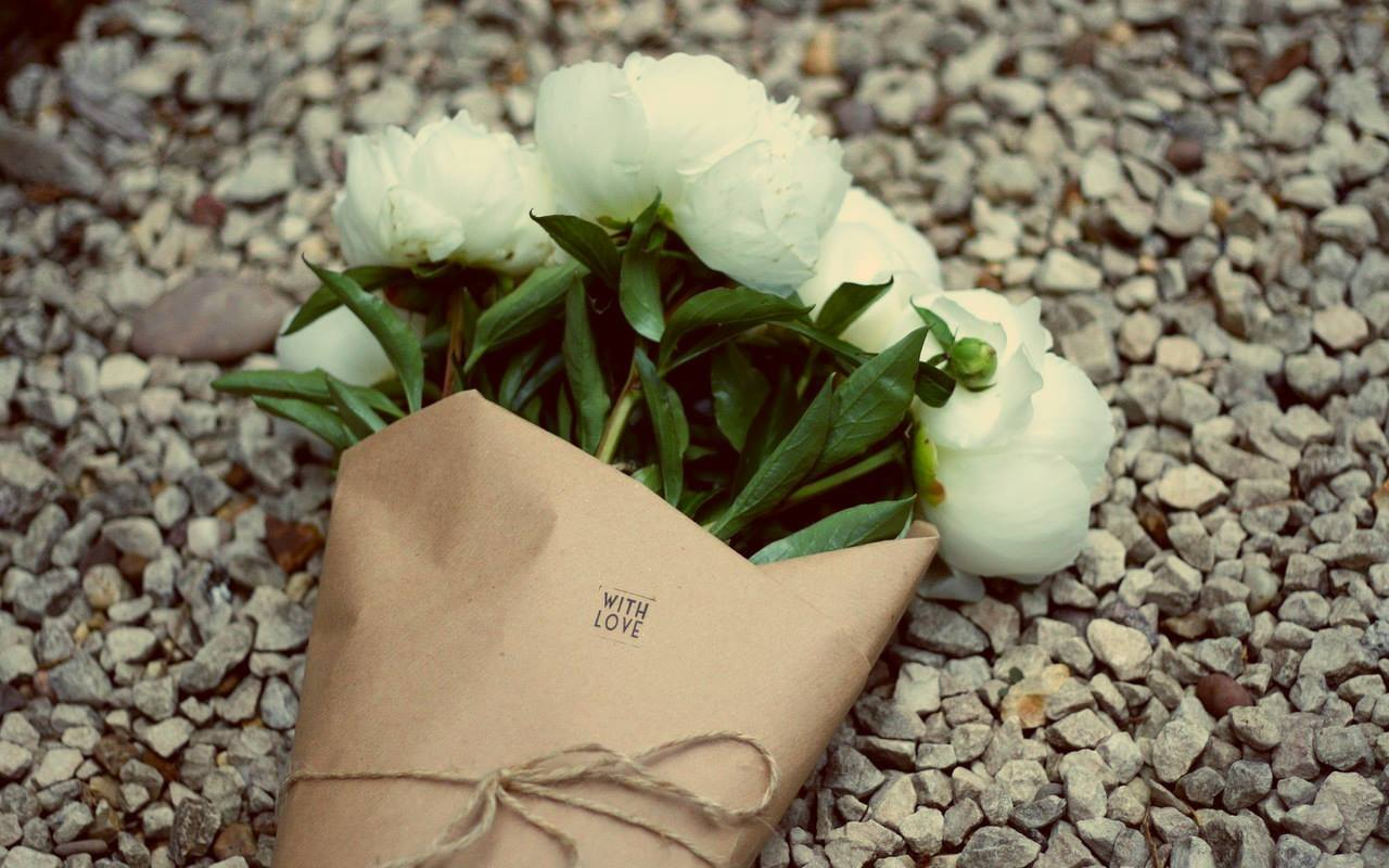 Đặt vòng hoa tang lễ tại quận Tân Bình | Hoa hồng trắng thường hay sử dụng những kệ hoa đám tang.