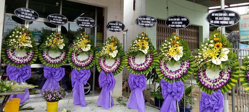 Hoa lan tím và trắng thường thấy trong những vòng hoa tang lễ
