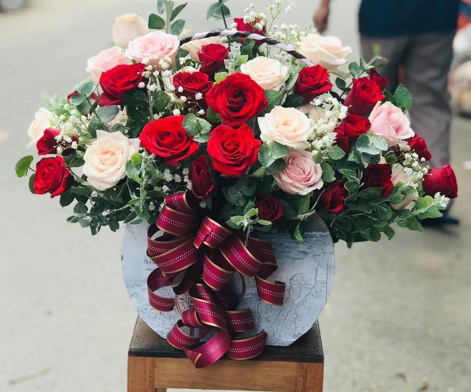 giỏ hoa hồng chuẩn bị giao cho khách